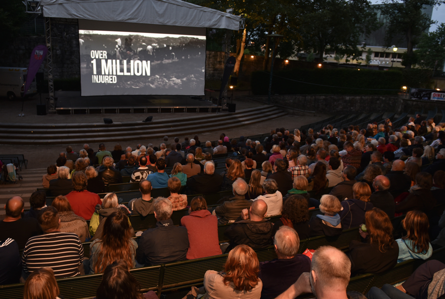 """Das Publikum schaut gespannt den Film """"Letzte Zuflucht"""" © Felix Engel"""