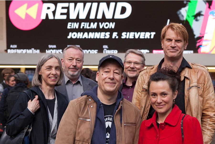 Martina Horbach, Raimond Goebel (Pandora Film), Regisseur Johannes Sievert, Redakteur Frank Tönsmann (WDR), die Dartseller Idil Üner und Enno Kalisch © Real Fiction/Mathis
