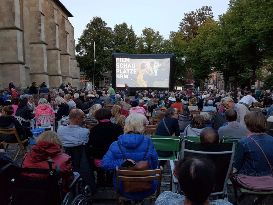 Fast 1.000 Besucher kamen auf den Kirchplatz in Nottuln © Film- und Medienstiftung NRW