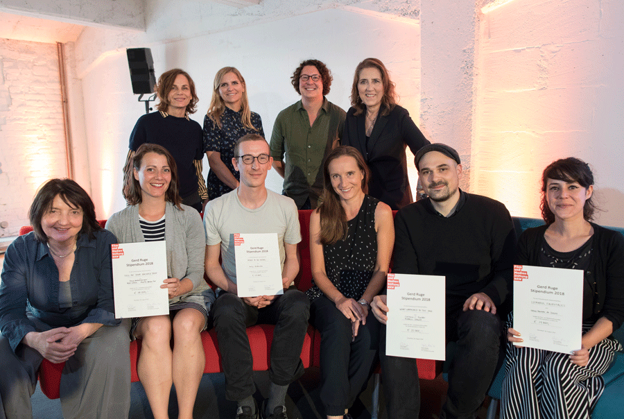 "Stipendiaten und Jury-Mitglieder: Sitzend v.l.n.r.: Marita Loosen-Fox, Freya Hattenberger (""Tell Me Your Answer True""), Philip Widmann (""Roads to the Ruins""), Corinna Poetter und Frédéric Schuld (""What Happened to the Dog""), Liliana Marinho de Sousa (""Istanbul Fairytales"") Stehend v.l.n.r. die Jury: Regisseurin Corinna Belz, Elina Kewitz (New Docs), Jonas Weydemann (Weydemann Bros.), Petra Müller (FMS) © Ralph Sondermann/Film- und Medienstiftung NRW"